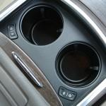 Die Getränkehalter im Lancia Thema 3.0 V6 CRD mit Kühl- sowie Heizfunktion