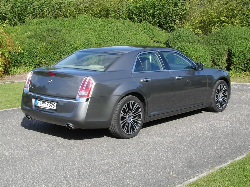 Das Exterieur des obere Mittelklasse-Fahrzeuges Lancia Thema