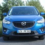 Blauer Mazda CX-5 in der Frontansicht - Kühlergrill