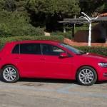 Roter Volkswagen Golf in der Seitenansicht