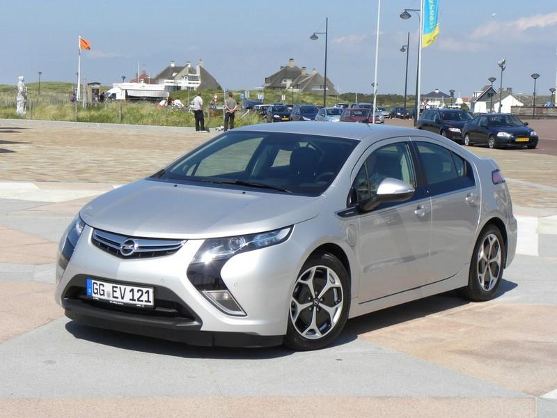 Silberner Opel Ampera im Test