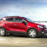Roter Opel Mokka in der Seitenansicht