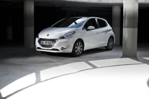 Weißer Peugeot 208 mit Park Assist