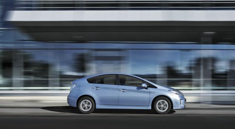 Toyota Prius Plug-in 2012 von der Seite (Fahraufnahme)