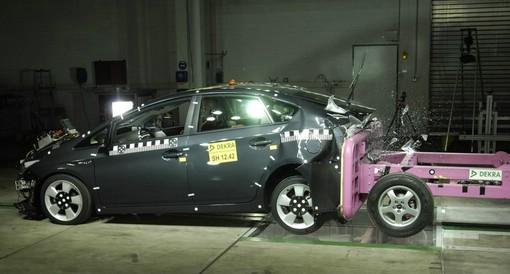 Toyota-Hybridauto Prius im Dekra Crashtest