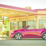 Rotes VW Beetle Cabrio in der Seitenansicht