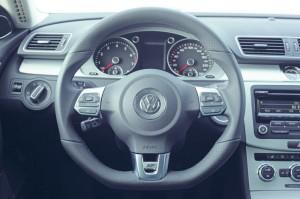 Lenkrad des VW CC R-Line mit Logo