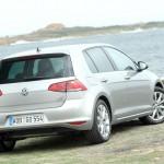 Silberner VW Golf 7 in der Heckansicht (Am Meer)