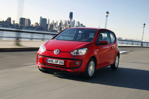 VW Up in Rot (Fahraufnahme)