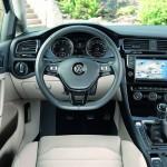 Das Cockpit des 2013 Volkswagen Golf 7