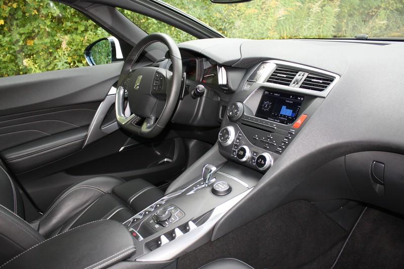 Das Cockpit des Citroen DS5 Hybrid 4