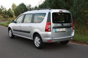Silberner Dacia Logan MCV 1.6 in der Heckansicht