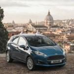 Blauer Ford Fiesta von vorne