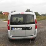 Die Heckpartie eines silbernen Opel Combo