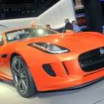 Orangener Jaguar F-TYPE in der Frontansicht