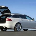 Die Heckansicht eines weissen Jaguar XF Sportbrake