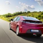 Roter Opel Ampera in der Heckansicht (Fahraufnahme)