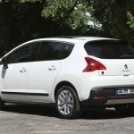 Weisser Peugeot 3008 Hybrid4 in der Seiten- Heckansicht