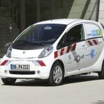 Der Elektrotransporter Peugeot i0n Cargo in der Front- Seitenansicht