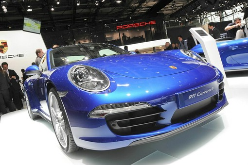 Blauer Porsche 911 Carrera 4 in Paris