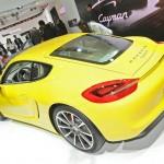 Gelber Porsche Cayman 2013 in der Heckansicht