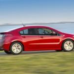 Opel Ampera in Rot von der Seite (Fahraufnahme)