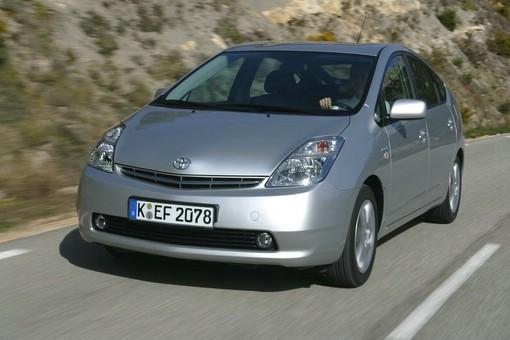 Toyota Prius II in der Frontansicht (Fahraufnahme)