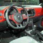 Das Cockpit des Volkswagen Beetle 2.0 TSI Sport