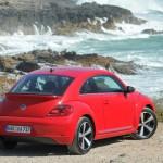 Der VW Beetle 2.0 TSI Sport in der Heckansicht (Rot, Standansicht)
