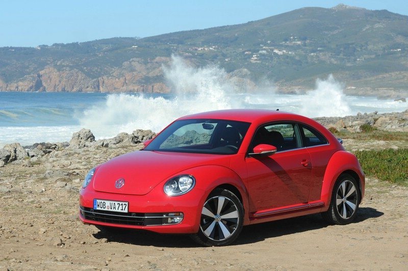 Roter VW Beetle 2.0 TSI Sport in der Seiten- Frontansicht