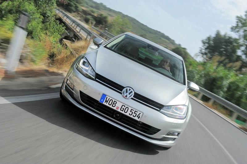 Der Kühlergrill eines silbernen Volkswagen Golf7