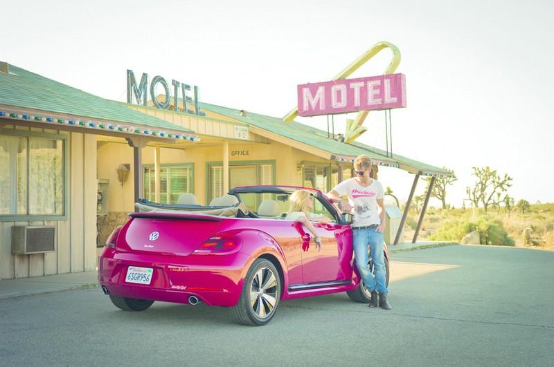 Das neue Beetle Cabriolet in Rot in der Heckansicht