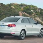 Silberner VW Jetta Hybrid in der Heckansicht