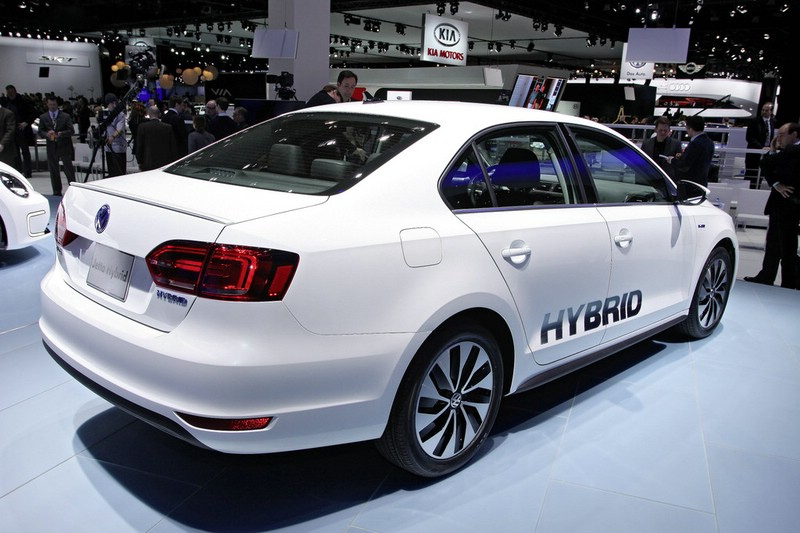 Volkswagen Jetta Hybrid in Weiss auf einer Automesse