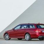 Das Facelift-Modell Mercedes-Benz E-Klasse T-Modell in Rot