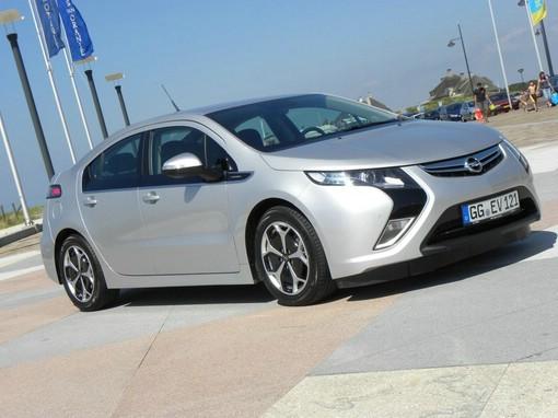 Das Opel Elektroauto Ampera in Silber