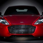 Aston Martin Rapid S in Rot in der Frontansicht
