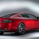 Roter Aston Martin Rapid S in der Heckansicht