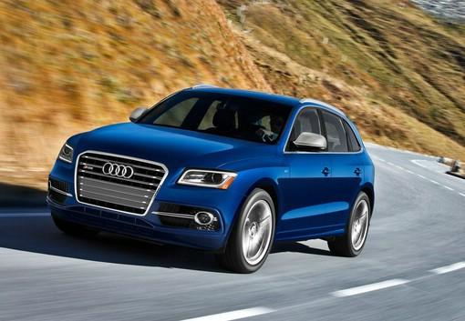 Blauer Audi SQ5 (Fahraufnahme)