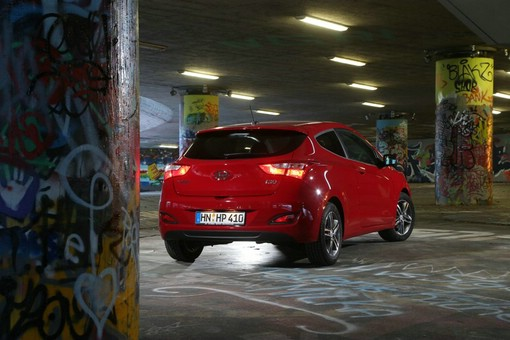 Die Heckansicht eines roten Hyundai i30 Coupe