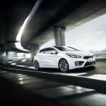 Der neue Kia Pro Ceed GT in Weiss (Fahraufnahme)