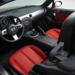 Der Innenraum des Mazda MX-5 3rd Generation mit roten Ledersitzen