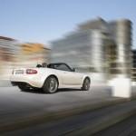 Die Heckansicht eines Mazda MX-5 Hamaki in Arachneweiß Metallic