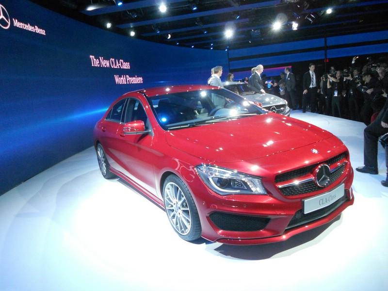 Rote Mercedes CLA-Klasse auf der Detroit Autoshow 2013