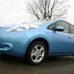 Blauer Nissan Leaf von der Seite