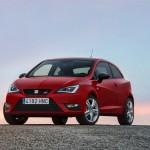 Roter Seat Ibiza Cupra in der Front- Seitenansicht