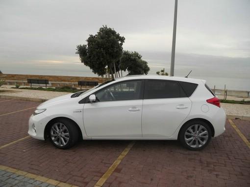 2013 Toyota Auris Hybrid in der Seitenansicht