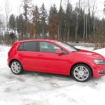 Roter VW Golf 4Motion bei Tests im Winter