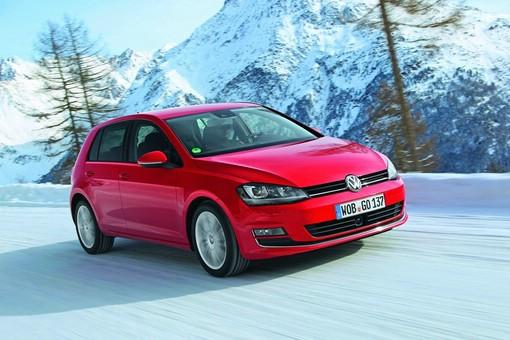 Roter Volkswagen Golf 4MOTION auf Schnee