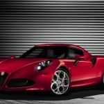 Roter Alfa Romeo 4C in der Front- Seitenansicht